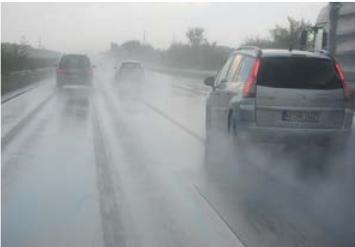 esős úton megnövekedett féktáv